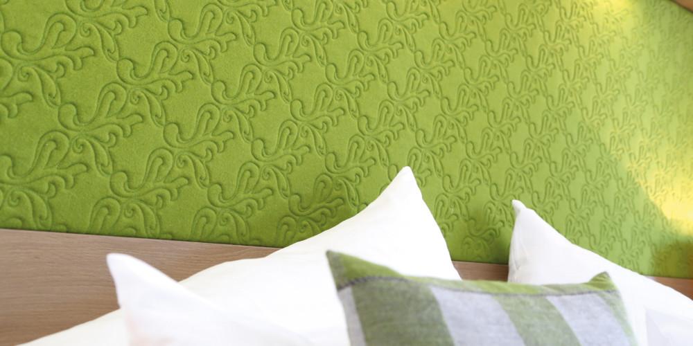 Der-Koenigsleitner-Zimmer-gruen-Schreibtisch-IMG_5831-RGB