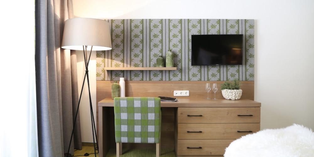 Der-Koenigsleitner-Zimmer-gruen-Schreibtisch-IMG_5876-RGB