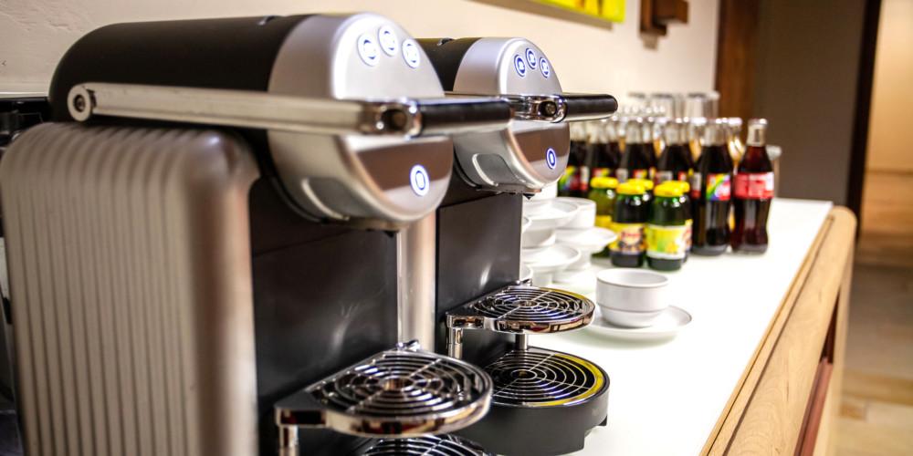 Kaffeemaschine und Getränke