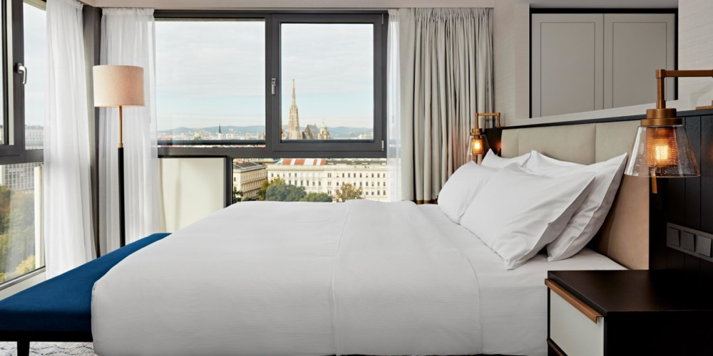 VIEHI_King Junior Suite with Park View_Hilton Vienna_01